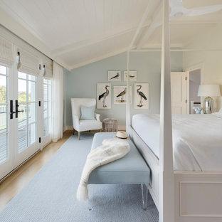 Пример оригинального дизайна: спальня в морском стиле с синими стенами, светлым паркетным полом, бежевым полом, потолком из вагонки и сводчатым потолком