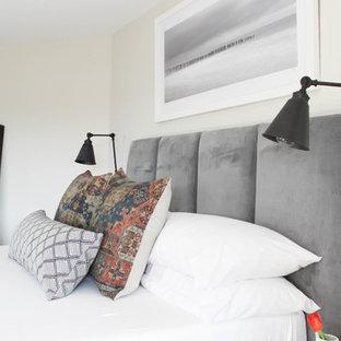 他の地域の中サイズのモダンスタイルのおしゃれな主寝室 (グレーの壁、濃色無垢フローリング、吊り下げ式暖炉、木材の暖炉まわり、茶色い床)