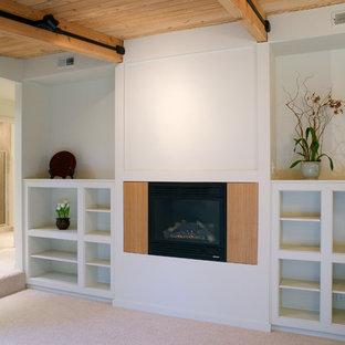 Ejemplo de dormitorio principal, vintage, pequeño, con paredes beige, moqueta, chimenea tradicional y marco de chimenea de madera