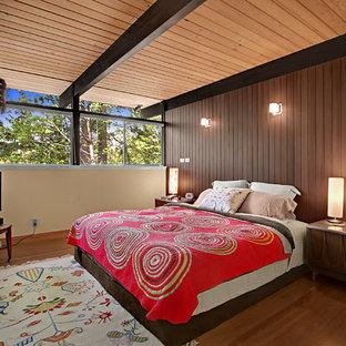 シアトルのミッドセンチュリースタイルのおしゃれな寝室 (ベージュの壁、無垢フローリング、茶色い床)
