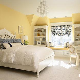 Inspiration för klassiska sovrum, med gula väggar och heltäckningsmatta