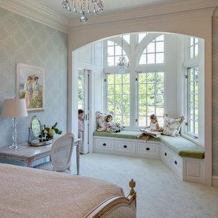 Esempio di una grande camera da letto classica con pareti blu, moquette e nessun camino