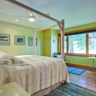 Foto de dormitorio clásico, de tamaño medio, con paredes verdes, suelo de madera clara y suelo naranja