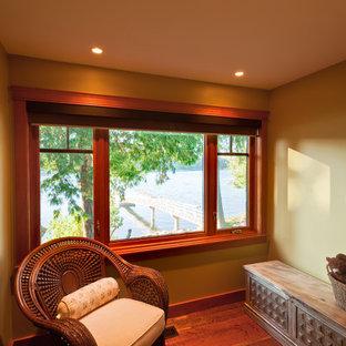 Modelo de dormitorio clásico, pequeño, con paredes verdes, suelo de madera clara y suelo naranja
