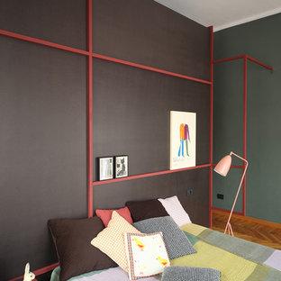 Imagen de dormitorio principal, nórdico, con paredes multicolor y suelo de madera en tonos medios