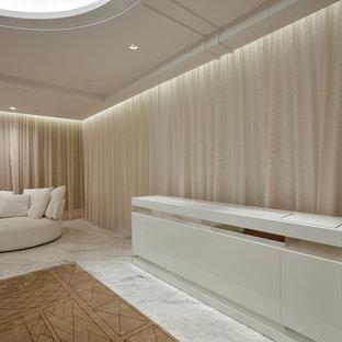 Ispirazione per un'ampia camera matrimoniale contemporanea con pareti beige e pavimento in marmo