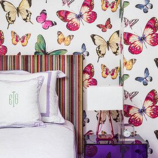 Exemple d'une petit chambre d'amis tendance avec un mur multicolore et du papier peint.