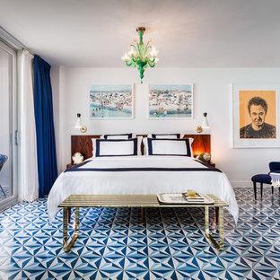 Maritimes Schlafzimmer mit weißer Wandfarbe und blauem Boden in Miami