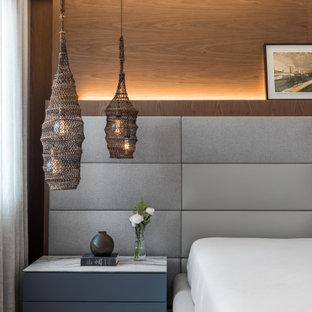 Foto de dormitorio principal, costero, grande, con paredes blancas, suelo de madera clara y suelo beige