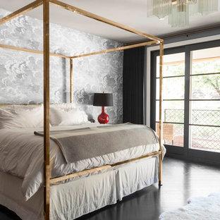 Modelo de dormitorio principal, actual, con suelo de madera pintada y paredes multicolor