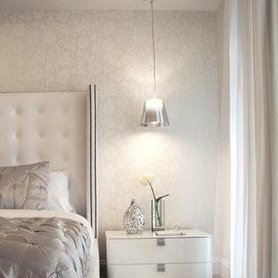 マイアミのコンテンポラリースタイルのおしゃれな寝室 (グレーの壁)