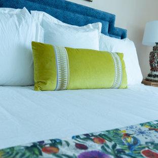 Diseño de habitación de invitados marinera, grande, sin chimenea, con paredes rosas, suelo de baldosas de porcelana y suelo beige