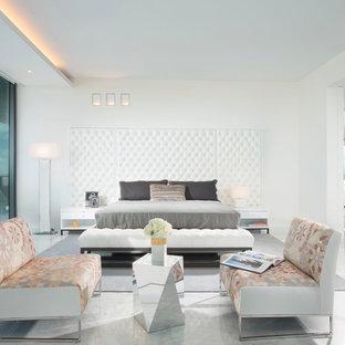 マイアミの巨大なコンテンポラリースタイルのおしゃれな主寝室 (白い壁、大理石の床)