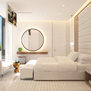 Пример оригинального дизайна: большая хозяйская спальня в стиле модернизм с бежевыми стенами, мраморным полом и белым полом