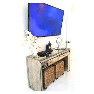 Imagen de habitación de invitados de tamaño medio con paredes blancas y suelo de baldosas de porcelana