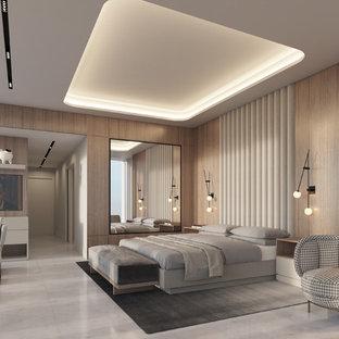 Idee per una grande camera matrimoniale minimalista con pareti multicolore, pavimento in marmo e pavimento bianco