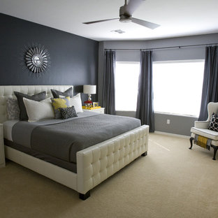 Exempel på ett modernt sovrum, med svarta väggar och heltäckningsmatta