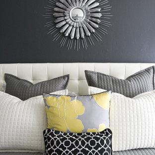 Inspiration pour une chambre design avec un mur gris.