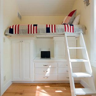 Diseño de habitación de invitados tradicional, pequeña, con paredes beige y suelo de madera clara