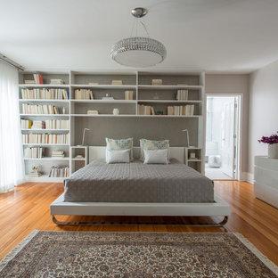 Пример оригинального дизайна: большая хозяйская спальня в современном стиле с серыми стенами, паркетным полом среднего тона, коричневым полом и тюлем без камина