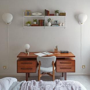Пример оригинального дизайна: маленькая хозяйская спальня в скандинавском стиле с белыми стенами и ковровым покрытием