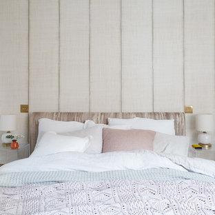 Diseño de dormitorio principal, retro, pequeño, con paredes blancas y moqueta