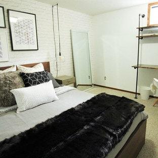 Imagen de dormitorio industrial, de tamaño medio, con paredes blancas, moqueta y suelo beige