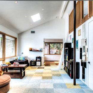 Modelo de dormitorio tipo loft, vintage, de tamaño medio, sin chimenea, con suelo de pizarra, suelo multicolor y paredes blancas
