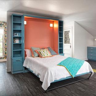 Foto de dormitorio tipo loft, vintage, de tamaño medio, sin chimenea, con paredes blancas, suelo laminado y suelo multicolor