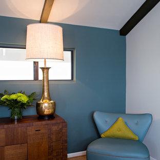 Foto di una camera matrimoniale minimalista di medie dimensioni con pareti blu, pavimento in sughero e nessun camino