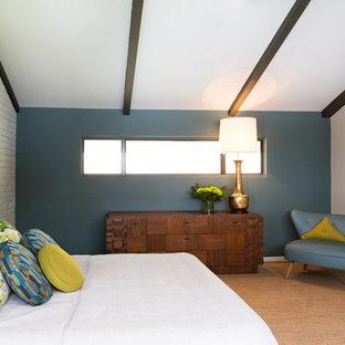 他の地域の中くらいのミッドセンチュリースタイルのおしゃれな主寝室 (青い壁、コルクフローリング、暖炉なし)