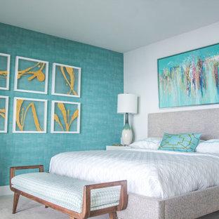 Ispirazione per una piccola camera matrimoniale moderna con pavimento in vinile e pavimento bianco
