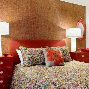 他の地域のコンテンポラリースタイルのおしゃれな寝室 (オレンジの壁) のレイアウト
