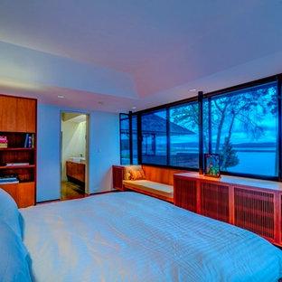 Foto de dormitorio principal, actual, grande, sin chimenea, con paredes grises y suelo de baldosas de terracota