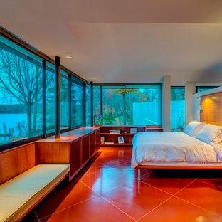Foto de dormitorio principal, contemporáneo, grande, sin chimenea, con paredes grises y suelo de baldosas de terracota