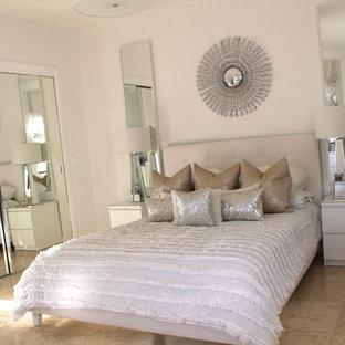 Diseño de habitación de invitados vintage, de tamaño medio, sin chimenea, con paredes blancas y suelo de travertino