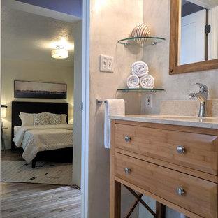他の地域の小さいミッドセンチュリースタイルのおしゃれな主寝室 (黄色い壁、無垢フローリング、暖炉なし、茶色い床) のレイアウト
