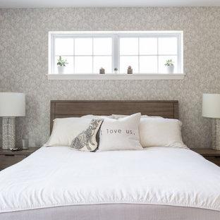 シカゴの中くらいのモダンスタイルのおしゃれな主寝室 (白い壁、カーペット敷き、グレーの床、壁紙) のインテリア
