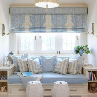 ニューヨークの中くらいのトラディショナルスタイルのおしゃれな客用寝室 (ベージュの壁、カーペット敷き、暖炉なし、青い床)