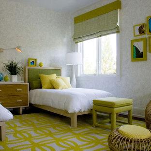 Esempio di una camera degli ospiti minimalista con pareti bianche e nessun camino