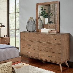 Imagen de habitación de invitados retro, pequeña, con paredes beige y suelo de ladrillo