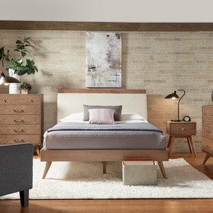 Modelo de habitación de invitados vintage, pequeña, con paredes beige y suelo de ladrillo