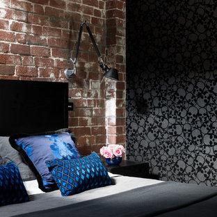 Modelo de dormitorio tipo loft, urbano, de tamaño medio, con paredes negras y moqueta