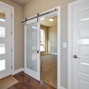 Idées déco pour une grand chambre d'amis classique avec un mur beige, un sol en linoléum et aucune cheminée.