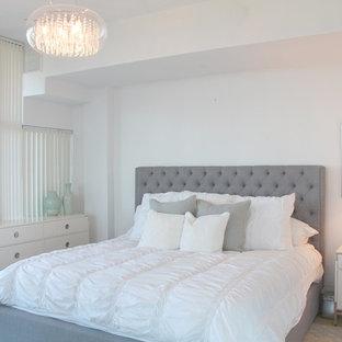 Ejemplo de dormitorio principal, moderno, de tamaño medio, con paredes blancas y suelo de travertino