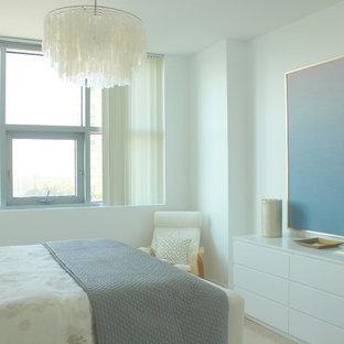 Ejemplo de habitación de invitados minimalista, de tamaño medio, con paredes blancas y suelo de travertino
