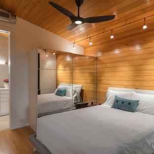 タンパの小さいコンテンポラリースタイルのおしゃれな主寝室 (マルチカラーの壁、無垢フローリング、暖炉なし、マルチカラーの床)