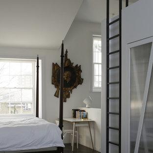 ロンドンの大きいコンテンポラリースタイルのおしゃれな主寝室 (白い壁、合板フローリング、標準型暖炉、漆喰の暖炉まわり、茶色い床)