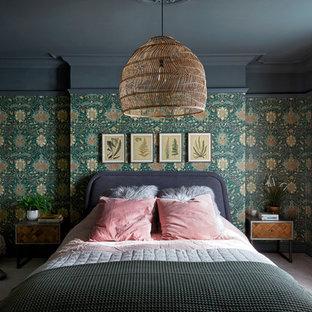 Réalisation d'une chambre bohème de taille moyenne avec un mur vert et un sol gris.