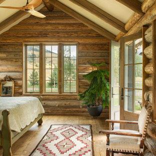 Ejemplo de dormitorio abovedado y madera, rural, madera, con paredes marrones, suelo de madera en tonos medios, suelo marrón y madera